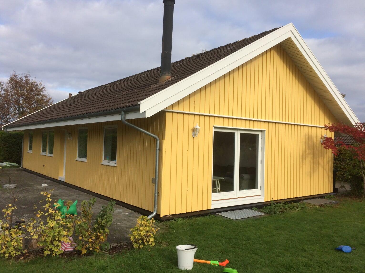 Maling af facade i gul farve